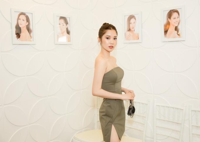 Người đẹp Quỳnh Hương khoe vai trần tại sự kiện.