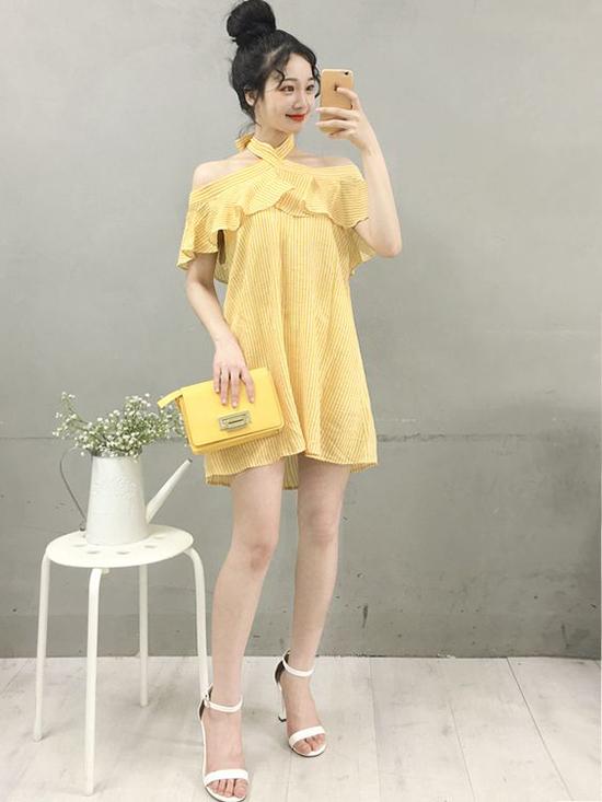 Sắc vàng hợp trend được biến hoa linh loạt trên nhiều kiểu dáng váy áo như đầm suông liền thân, chân váy bút chì, sơ mi, áo thun.