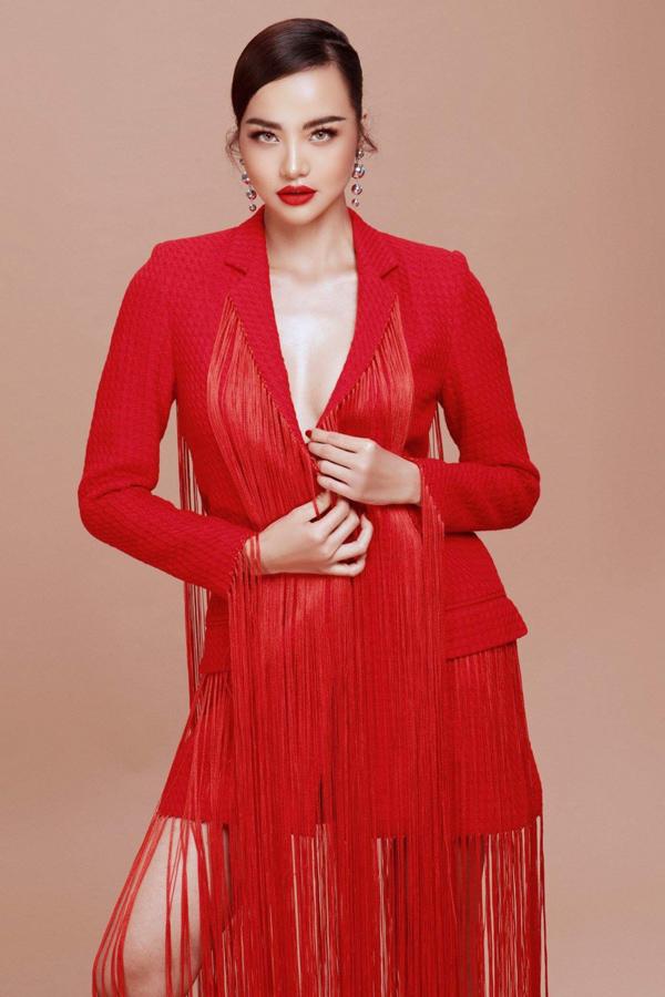 Cô tạo dáng với váy tua rua dạng vest độc đáo, pha trộn hai phong cách thanh lịch và gợi cảm.