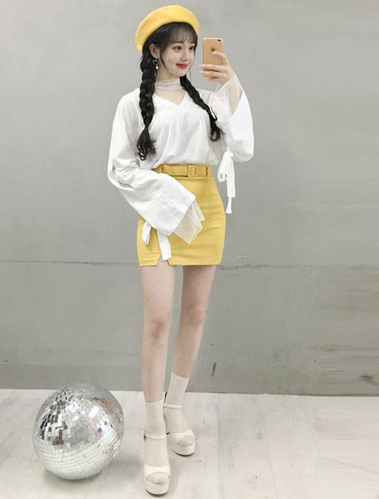 Cách phối hợp hai tông màu vàng mù tạt và trắng thường được các fashionista xứ Hàn yêu thích. Công thức này mang lại sử trẻ trung và giúp họ tôn da.