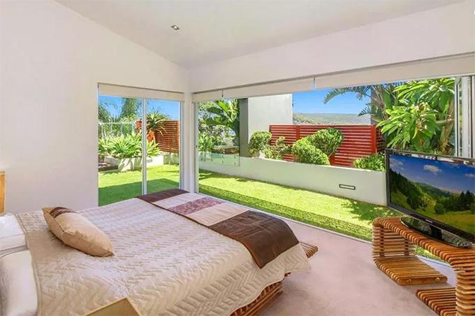 Phòng ngủ chính hướng nhìn ra vườn. Căn hộ này có tất cả 5 phòng ngủ.