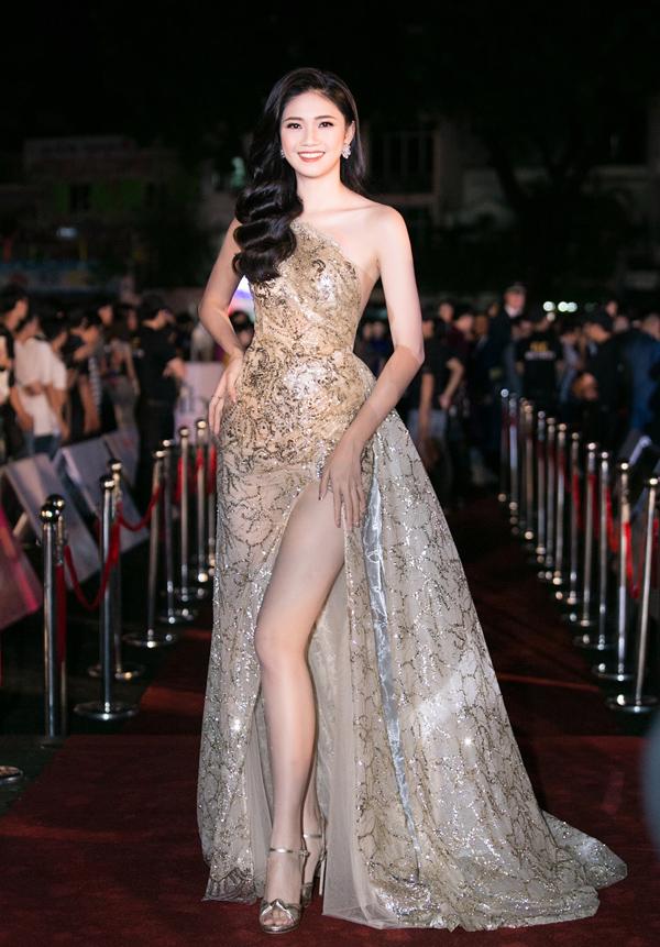 Á hậu Thanh Tú ấn tượng với chiều cao trên 1,80m và nhan sắc rạng ngời, gợi cảm.
