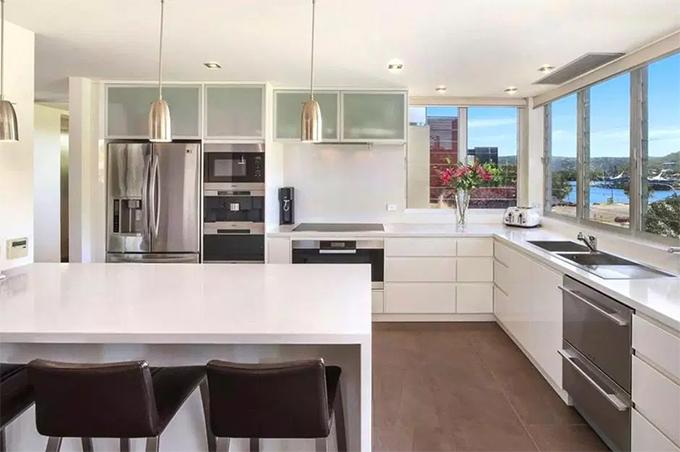 Phòng bếp và nhà ăn với nội thất hiện đại.