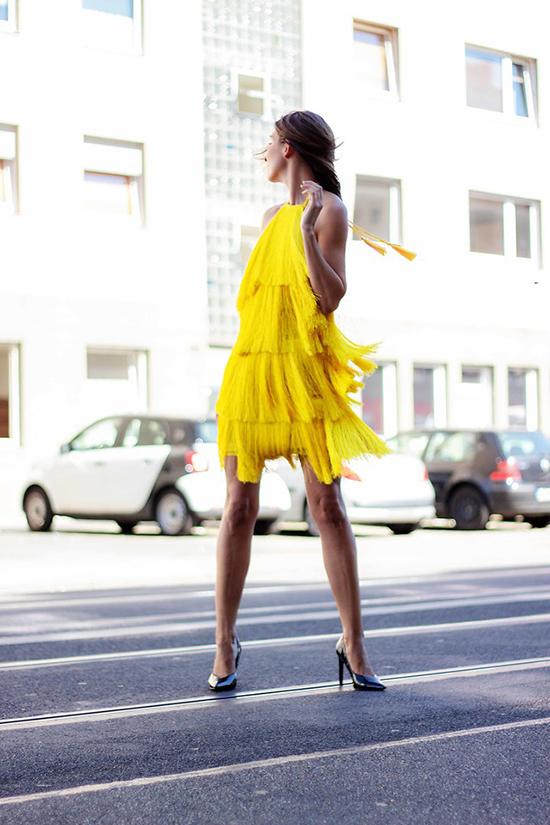 Ngay cả những cô nàng có làn da rám nắng, da nâu vẫn có thể sử dụng trang phục tông vàng để làm tăng nét cá tính.