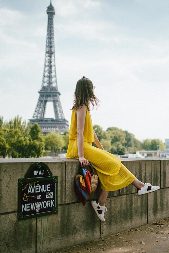 Cùng với sắc vàng nhạt, tông màu đậm hơn cũng thu hút không kém. Sắc vàng rực rỡ giúp người mặc nổi bật hơn khi xuống phố.
