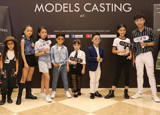 Chương trình năm nay có nhiều nhà mốt giới thiệu các bộ sưu tập thời trang thiếu nhi, vì thế dàn mẫu nhí cũng hăng hái tham gia dự tuyển.