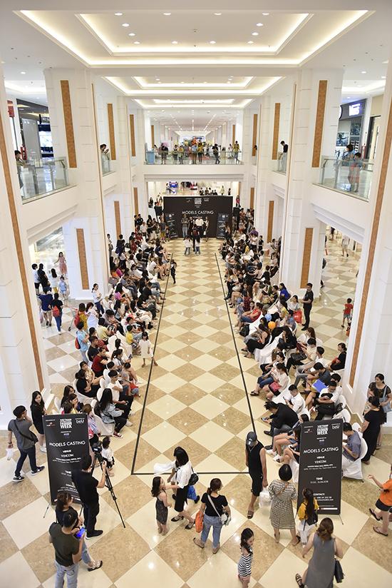 Buổi casting được tổ chức tại một trung tâm thương mại nổi tiếng và thu hút hàng trăm người mẫu trẻ đến đăng ký.