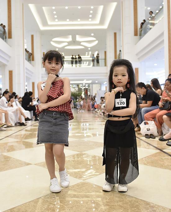 Các nhóc tỳ thể hiện sự tự tin và sải bước điệu nghệ không thua kém các anh chị cùng xuất hiện trong buổi casting model.
