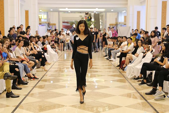 Buổi casting đã diễn ra vô cùng sôi động và nhộn nhịp với những màn catwalk của các người mẫu đến tham dự.