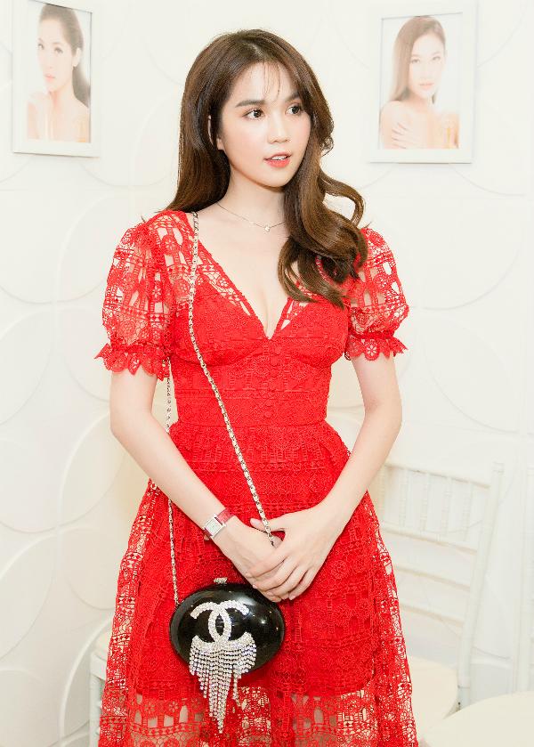 Ngọc Trinh mặc váy ren thanh lịch tham gia một sự kiện tại Nha Trang ngày 15/9. Chi tiết phần cổđược khoét sâu giúp người đẹp tôn lên vòng một gợi cảm.
