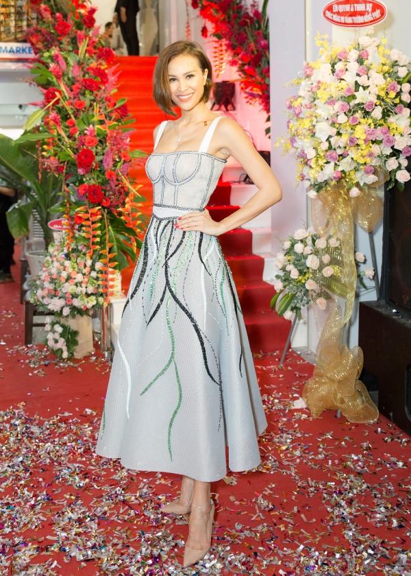 MC Phương Mai cũng bay ra Nha Trang chúc mừng đàn chị Hải Dương khai trương cơ sở kinh doanh mới.