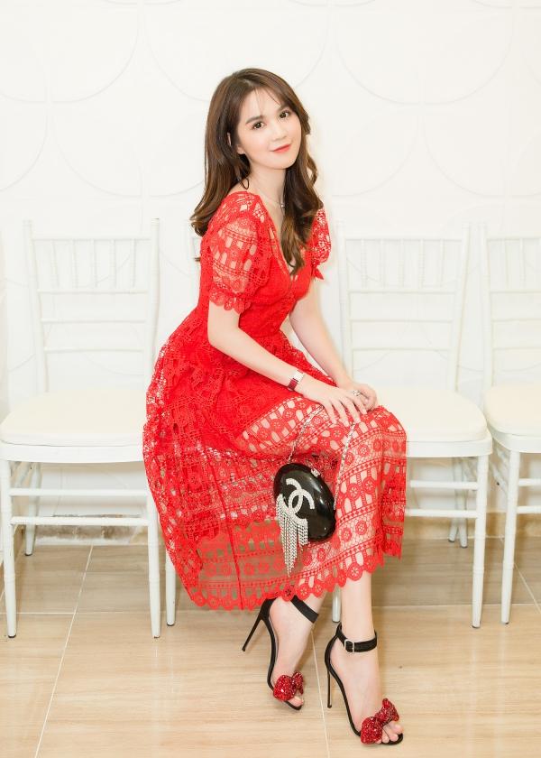 Người đẹp trang điểm nhẹ nhàng theo phong cách Hàn Quốc, phối cùng phụ kiện hàng hiệu đắt tiền.