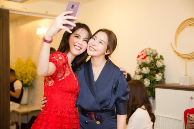 Cô chụp ảnh kỷ niệm cùng chủ nhân sự kiện - Hoa hậu Hải Dương. Cả hai có mối quan hệ thân thiết với nhau.