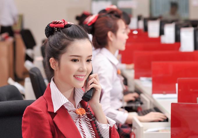Huỳnh Thúy Vi sở hữu làn da trắng, vócdáng thắt đáy lưng ong, nụcười xinh xắn cùng giọng nói ngọt ngào tạo thiện cảm với người đối diện.
