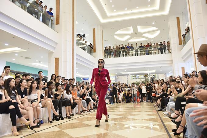 Võ Hoàng Yến thể hiện màn catwalk chuyên nghiệp và thị phạm cho các người mẫu trước khi tham gia trình diễn.