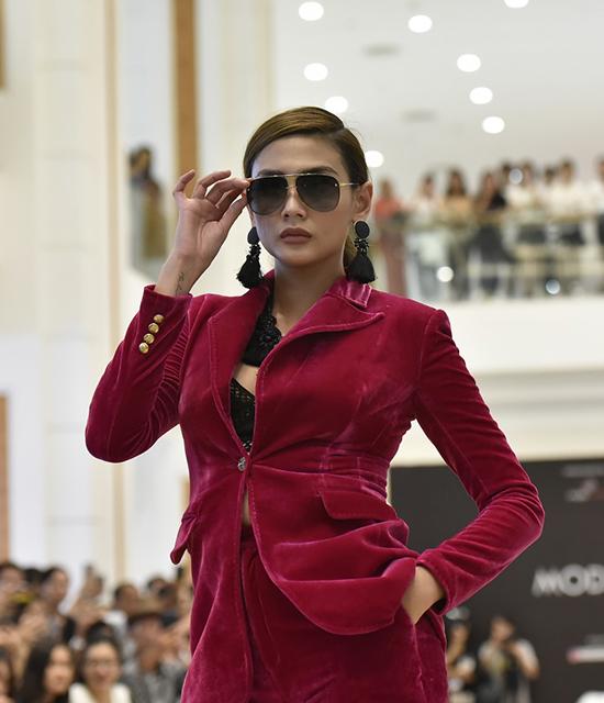 Chọn trang phục theo phong cách menswear đơn giản, Võ Hoàng Yến nổi bật bởi thần thái của một siêu mẫu hàng đầu.