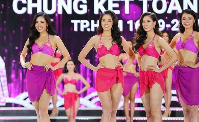 Các thí sinh trong phần đồng diễn bikini.