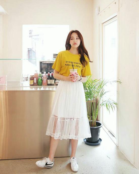 Mix trang phục tông vàng để thể hiện sự sành điệu trong phong cách mùa thu gần như là thói quen của nhiều cô nàng mê chưng diện.
