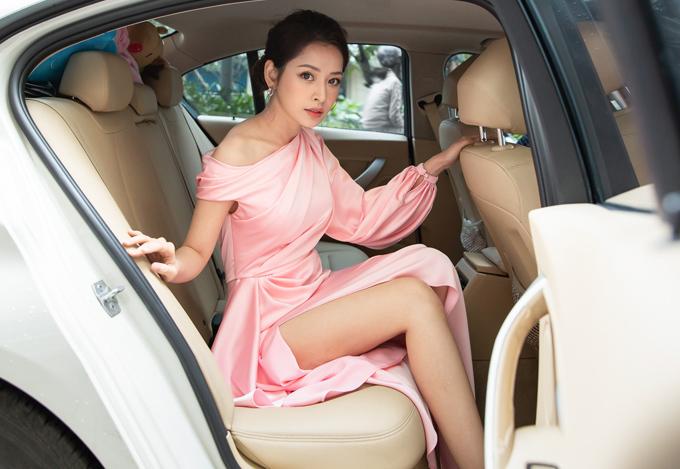 Chiều 15/9, Chi Pu ngồi xế hộp riêng trị giá hơn 2 tỷ chạy show.