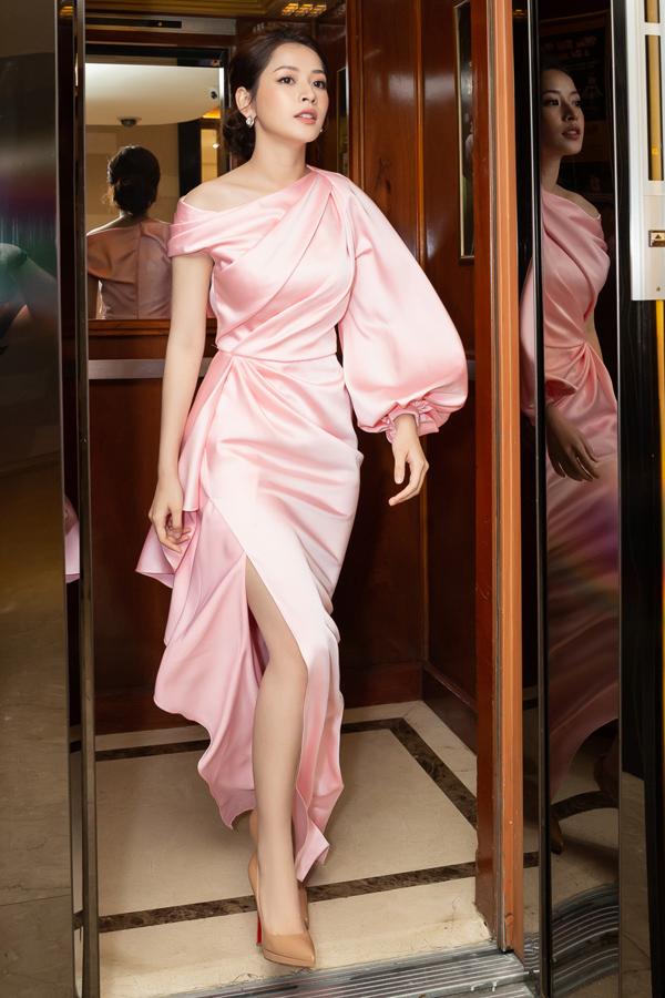 Nữ ca sĩ tới sự kiện ra mắt một thương hiệu mỹ phẩm do cô làm đại sứ.