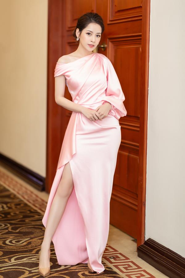 Chi Pu được khen sang trọng, quyến rũ khi mặc váy hồng pastel xẻ vạt cao, kiểu dáng nữ tính của nhà thiết kế Lê Thanh Hòa.