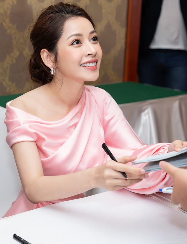 Chi Pu hiện là gương mặt đắt show quảng cáo. Cô thành công trong việc xây dựng hình ảnh một nghệ sĩ đa năng, vừa ca hát vừa đóng phim.