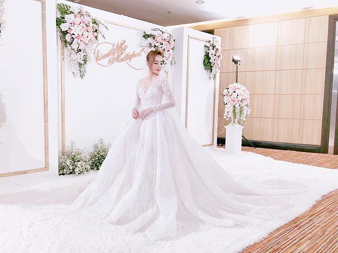 Khu vực photobooth mang sắc trắng được tô điểm bởi tên của hai vợ chồng và hoa tươi. Ảnh: Di Băng.
