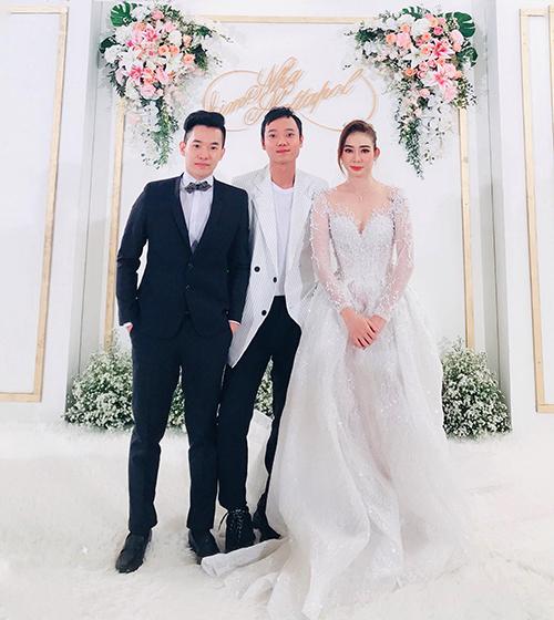 Trong ngày trọng đại, Kim Nhã diện váy cưới có thiết kế cổ hai trong một (cổ voan mờ và cổ xẻ ngực chữ V). Mẫu váy đem lại sự thoải mái cho người diện nhờ phom dáng xòe bồng công chúa. Ảnh: nguyễn Du.