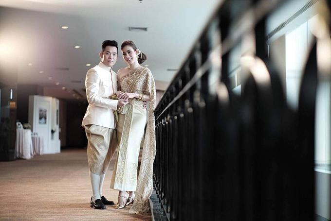 Ngoài váy cưới truyền thống, Kim Nhã BB&BG còn diện trang phục truyền thống của cô dâu Thái Lan để sánh đôi bên vị hôn phu. Ảnh: Vũ Trần Kim Nhã.