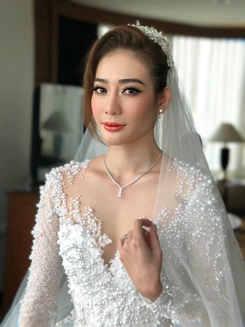 Váy cưới của Kim Nhã được thực hiện, đính kết tỉ mẩn, kỳ công trong gần 3 tháng. Nữ người mẫu chọn phong cách makeup cưới sang trọng, thanh lịch, nhấn vào đôi mắt và bờ môi. Ảnh: Lâm Lâm.