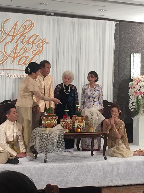 Cặp vợ chồng còn thực hiện thêm các nghi thức cưới hỏi truyền thống của Thái. Cô dâu chú rể bày tỏ sự thành kính với cha mẹ, ông bà tổ tiên, bày tỏ nguyện ước hợp nhất, nên duyên vợ chồng. Ảnh: Trần Khiêm Hiếu.