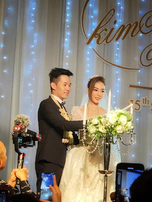Thay vì màn rót rượu như đám cưới ở Việt nam, cô dâu chú rể thực hiện nghi thức thắp nến với mong ước ngọn lửa tình yêu của uyên ương luôn cháy mãi. Ảnh: Vinh Bulu Nguyen.