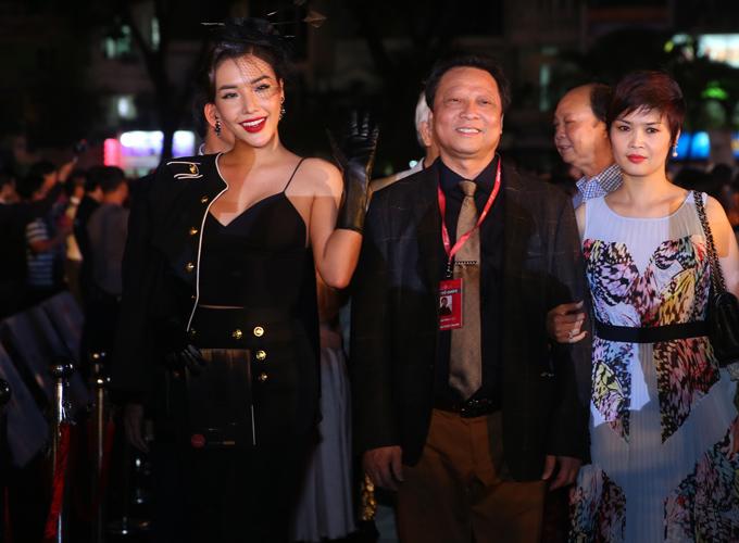 Á hậu Biển Khánh Phương (trái) mặc phong cách cổ điển đi xem thi Hoa hậu.