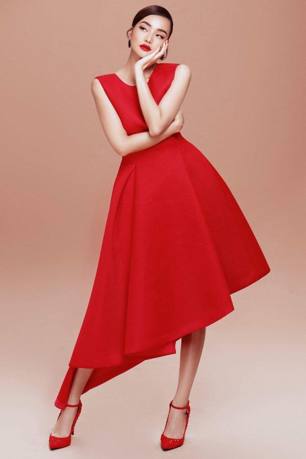Nữ MC rất thích những trang phục kiểu dáng đơn giản, thanh lịch của nhà thiết kế sinh năm 1981.