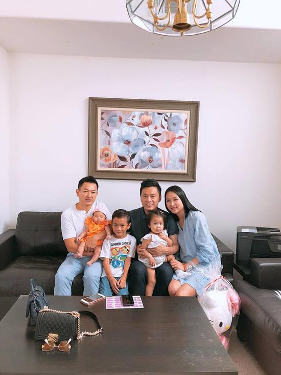 Ông xã Thanh Thảo và bé Jacky cũng vui vẻ ghi lại những khoảnh khắc kỷ niệm cùng gia đình anh Hai.