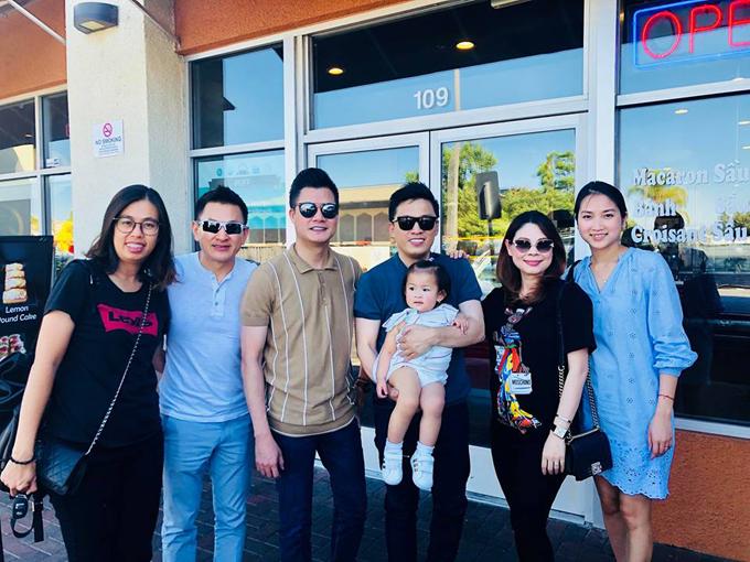 Ca sĩ Quang Dũng cũng đang có chuyến lưu diễn tại Mỹ. Anh hội ngộ cùng vợ chồng Thanh Thảo và gia đình Lam Trường.