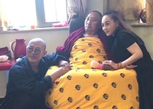 Lý Liên Kiệt cùng vợ thăm hỏi một nhà sư hồi đầu năm.