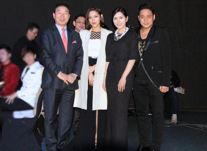 Minh Tiệp và vợ mặc ton-sur-ton đen chụp ảnh cùng diễn viên Park Shi Yeon (váy trắng).