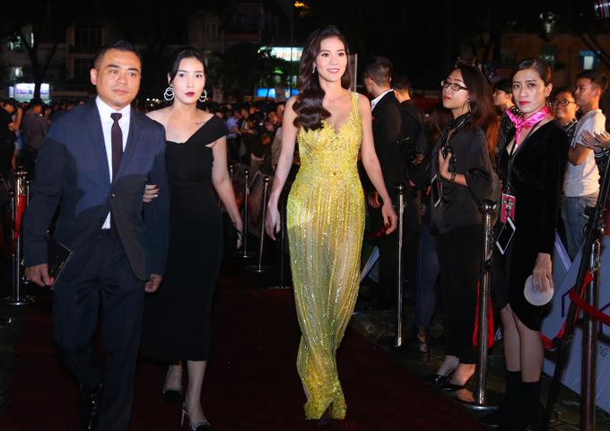 Bà Phạm Kim Dung - trưởng ban tổ chức Hoa hậu Việt Nam 2018 (váy vàng) cũng gây chú ý với bộ cánh xuyên thấu sexy.