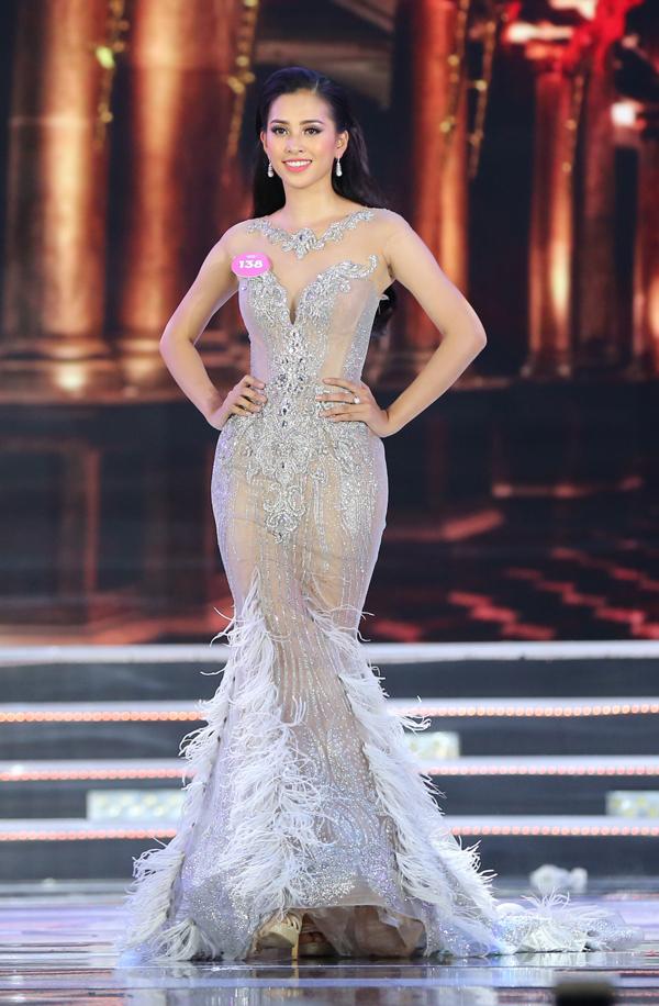 Trần Tiểu Vy lộng lẫy với váy đuôi cá.
