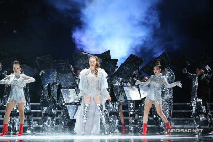 Ca sĩ Hồ Ngọc Hà trình diễn trong đêm chung kết Hoa hậu Việt Nam 2018. Cô mặc trang phục của nhà thiết kế Lý Quí Khánh, kết hợp đôi boot ánh bạc trên sân khấu.
