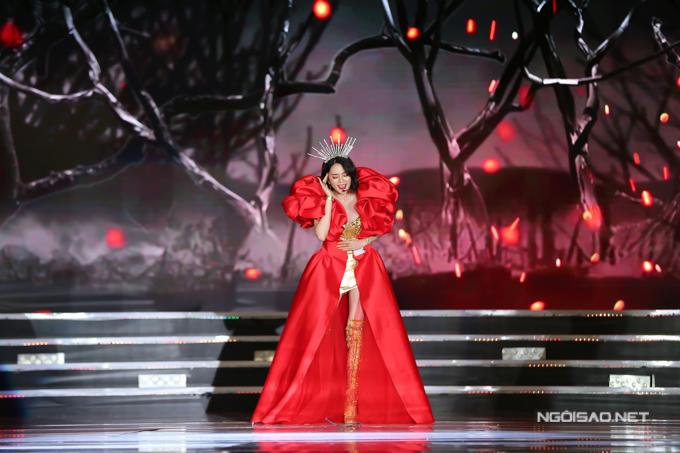 Thiều Bảo Trang lần đầu trình diễn trên sân khấu Hoa hậu Việt Nam. Cô diện váy và đeo vương miện lộng lẫy trong tiết mục Girl on fire.