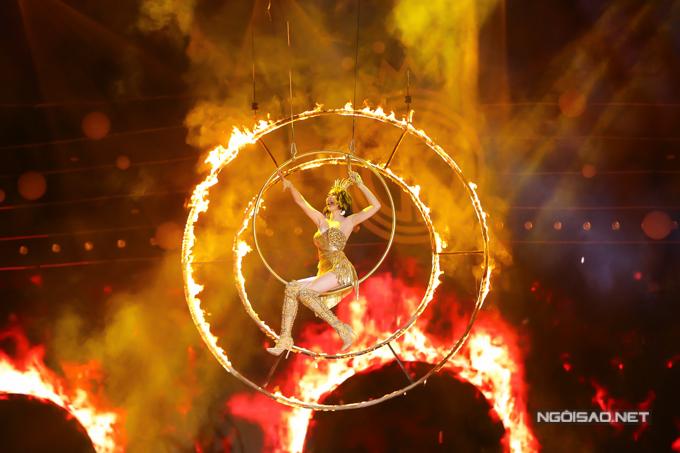 Nữ ca sĩ đầu tư tiết mụckhi đu vòng kết hợp lửa cháy tạo hiệu ứng hoành tráng.