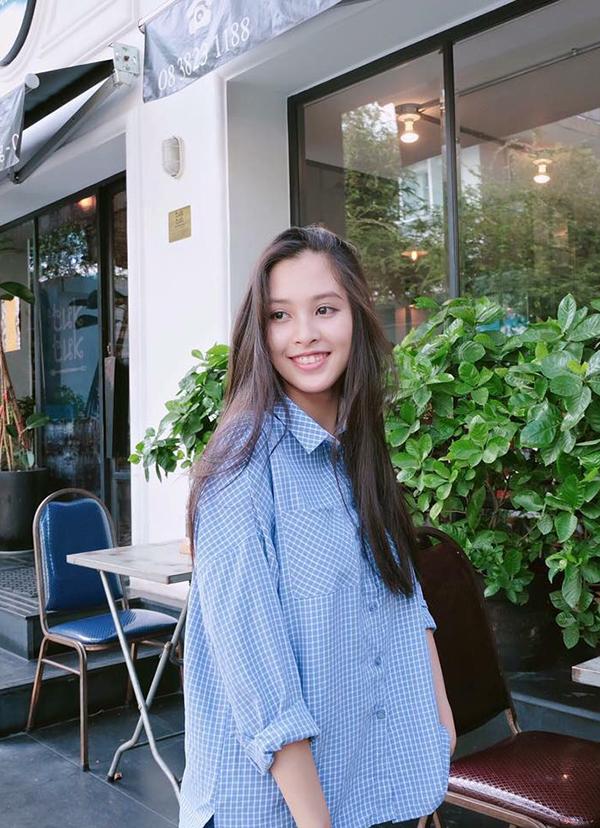 Bước vào tuổi 18, nhan sắc của Tiểu Vy đạt đến độ rực rỡ. Không chỉ sở hữu gương mặt đẹp và chiều cao 1,74 mét, cô còn có thân hình cân đối.
