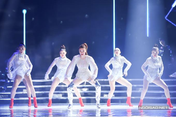 Hồ Ngọc Hà tự tin khoe vũ đạo sôi động và không kém phần nóng bỏng với vũ đoàn.