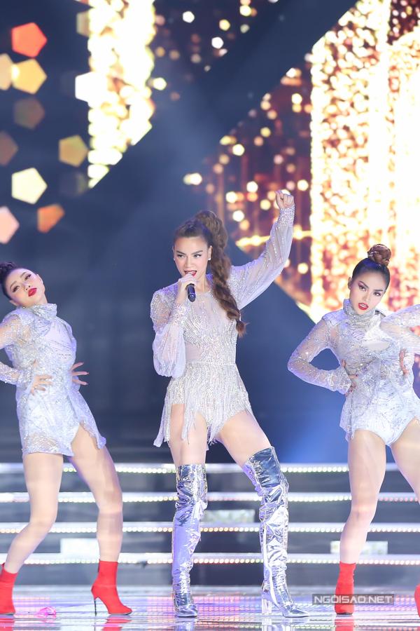 Hồ Ngọc Hà là một trong những cái tên hàng đầu luôn được chọn lựa cho các sự kiện quan trọng, đêm chung kết của các cuộc thi lớn trong nước. Trước đó, cô từng biểu diễn chung kết Hoa hậu Việt Nam 2014, Hoa hậu Hoàn vũ Việt Nam 2015.