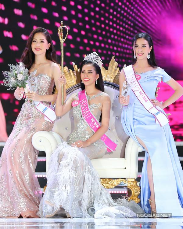 Trần Tiểu Vy vừa đăng quang Hoa hậu Việt Nam 2018 vào tối 16/9. Á hậu 1 là Bùi Phương Nga (trái), Á hậu 2 là Nguyễn Thị Thúy An (phải).