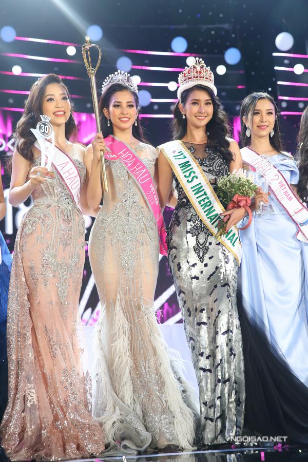 Top 3 Hoa hậu Việt Nam 2018 chụp ảnh cùng đương kim Hoa hậu Quốc tế - Kevin Lilliana.