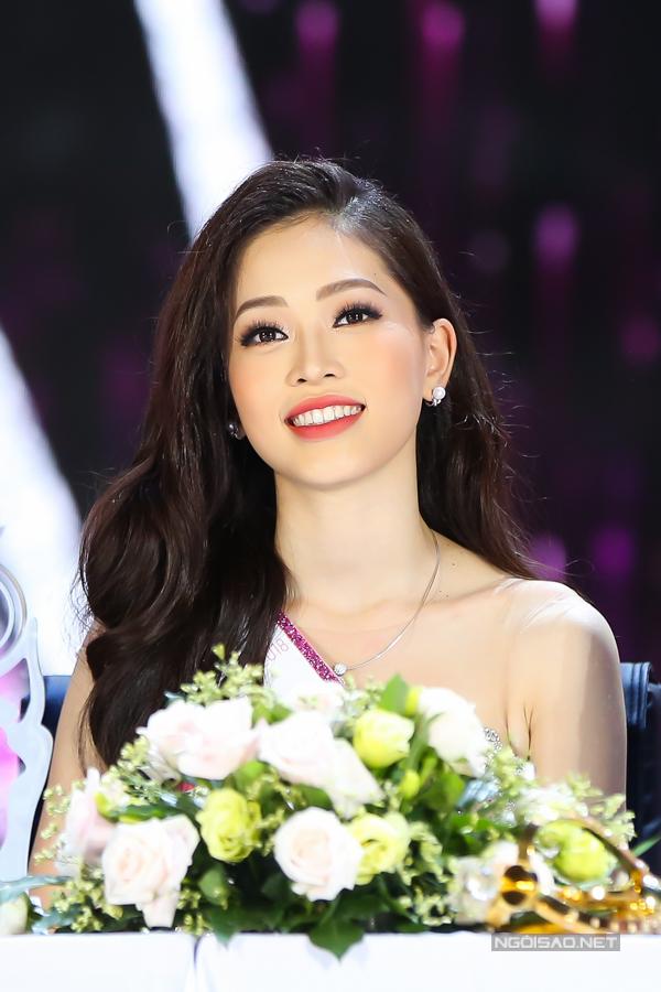 Hoa hậu Trần Tiểu Vy, Á hậu Phương Nga hạnh phúc trong vòng tay gia đình - 10