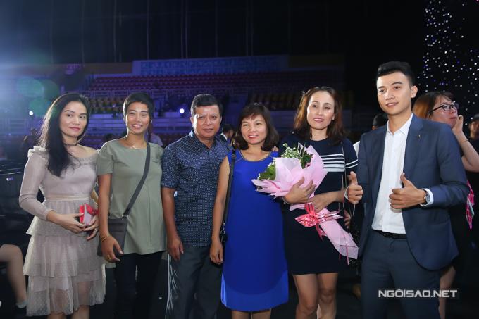 Gia đình và người thân Tiểu Vy từ Quảng Nam bay vào TP HCM theo dõi ủng hộ con gái.